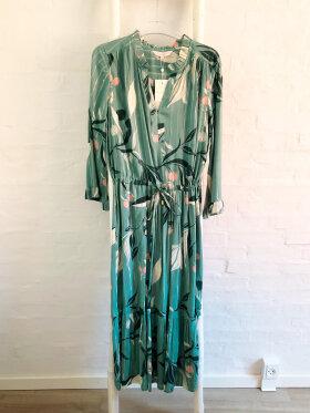 Part Two - part two kjole